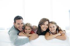 Szczęśliwa caucasian rodzina z dwa dziećmi - portret zdjęcie royalty free