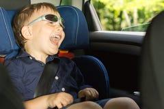 Szczęśliwa chłopiec błaznuje wokoło obrazy royalty free