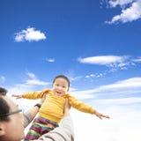 Szczęśliwa chłopiec bawić się z jego ojcem zdjęcie royalty free