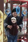 Szczęśliwa chłopiec bawić się z matką przy boiskiem w fotografia royalty free