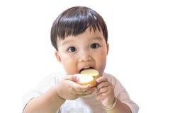 Szczęśliwa chłopiec cieszy się łasowania jabłka na białym tle Zdjęcie Royalty Free