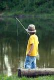 Szczęśliwa chłopiec iść łowić na rzece, jeden dziecko rybak z a Fotografia Royalty Free