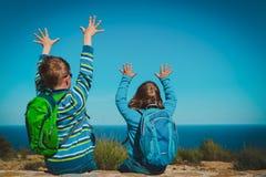 Szczęśliwa chłopiec i dziewczyna cieszymy się podróż w naturze, patrzeje widok zdjęcia stock