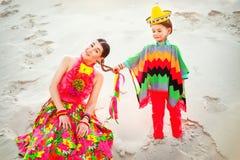 Szczęśliwa chłopiec i jego matka jest ubranym meksykanów Obrazy Royalty Free