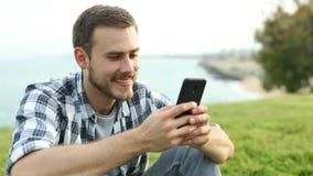 Szczęśliwa chłopiec kupienia muzyka online zdjęcie wideo