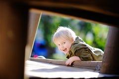 Szczęśliwa chłopiec ma zabawę na plenerowym boisku zdjęcia royalty free