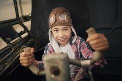 Szczęśliwa chłopiec marzy być pilotowy zdjęcie stock