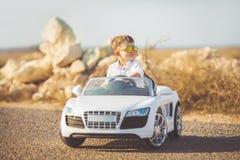 Szczęśliwa chłopiec podróż samochodem w lecie Fotografia Stock