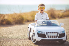 Szczęśliwa chłopiec podróż samochodem w lecie Obraz Royalty Free
