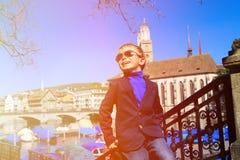 Szczęśliwa chłopiec podróż w Zurich, Szwajcaria Fotografia Royalty Free