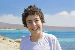 Szczęśliwa chłopiec przy morzem Zdjęcia Royalty Free
