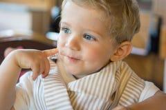 Szczęśliwa chłopiec przy restauracją Zdjęcia Stock