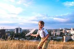 Szczęśliwa chłopiec sztuka z małym białym samolotem zdjęcia stock