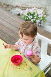 Szczęśliwa chłopiec Trzyma menchia Farbującego Wielkanocnego jajko Zdjęcia Stock