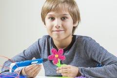 Szczęśliwa chłopiec tworzy z 3D piórem obrazy royalty free