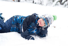 Szczęśliwa chłopiec W śniegu Zdjęcia Royalty Free