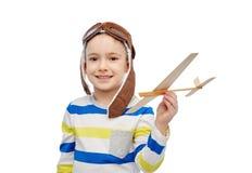 Szczęśliwa chłopiec w lotnika kapeluszu z samolotem Obraz Royalty Free