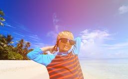 Szczęśliwa chłopiec w pływackich gogle na plaży Zdjęcia Royalty Free