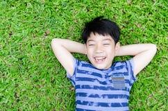 Szczęśliwa chłopiec w parku zdjęcie royalty free