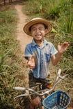 Szczęśliwa chłopiec z bicyklem na wioski ulicie w Wietnam Zdjęcia Stock