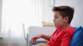 Szczęśliwa chłopiec z gamepad bawić się wideo grę w domu zbiory