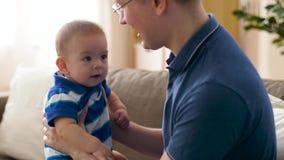 Szczęśliwa chłopiec z ojcem w domu zbiory wideo