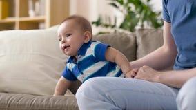 Szczęśliwa chłopiec z ojcem w domu zbiory