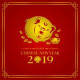 Szczęśliwa chińska nowego roku sztandaru 2019 karta z złocistą świniowatą zodiak monetą, pieniądze lampionem na czerwonego tła we Zdjęcia Stock