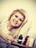 Szczęśliwa chora kobieta czuje lepiej po traktowania Fotografia Royalty Free