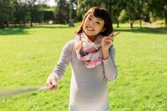 Szczęśliwa ciężarna azjatykcia kobieta bierze selfie przy parkiem Zdjęcia Stock