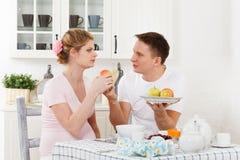 Szczęśliwa ciężarna rodzina i zdrowy jedzenie Obrazy Stock