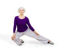 Szczęśliwa czaruje piękna starsza kobieta robi ćwiczeniom podczas gdy pracujący out bawić się bawi się Obrazy Stock