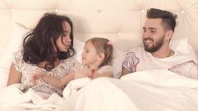 Szczęśliwa czuła rodzina przesuwa koc i całuje each inny zbiory wideo
