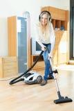Szczęśliwa długowłosa kobieta z próżniowym cleaner Fotografia Royalty Free