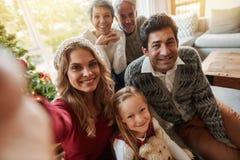 Szczęśliwa dalsza rodzina bierze jaźń portret na wigilii fotografia royalty free