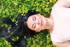 Szczęśliwa dama cieszy się naturę na polu obraz stock