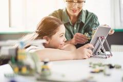 Szczęśliwa dama i dziecko pracuje z urządzeniem Zdjęcie Royalty Free