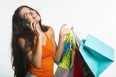 Szczęśliwa dama na zakupy podczas sezonowych rabatów Fotografia Royalty Free