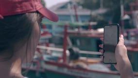 Szczęśliwa dama strzela łodzie rybackie i schronienie na telefonu zbliżeniu zbiory wideo