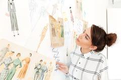 Szczęśliwa damy mody ilustratora pozycja blisko mnóstwo ilustracj Zdjęcia Stock