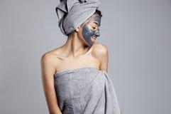 Szczęśliwa dancingowa kobieta podczas twarzowego maskowego traktowania Zdjęcia Royalty Free