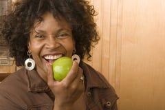 Szczęśliwa dojrzała amerykanin afrykańskiego pochodzenia kobieta ono uśmiecha się w domu Fotografia Royalty Free