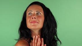 Szczęśliwa dojrzała kobieta patrzeje zaskakujący na zielonym chromakey zdjęcie wideo