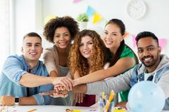Szczęśliwa drużyna przy biurowego przyjęcia mieniem wręcza wpólnie Fotografia Stock