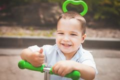Szczęśliwa dziecięca chłopiec na trike zdjęcie royalty free