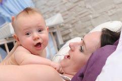 szczęśliwa dziecięca mamusia obrazy stock