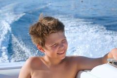 Szczęśliwa dzieciak chłopiec cieszy się żeglowanie jachtu wycieczkę Rodzinni wakacje na oceanie lub morzu na słonecznym dniu dzie Obraz Stock