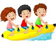 Szczęśliwa dzieciak kreskówka jedzie bananową łódź royalty ilustracja