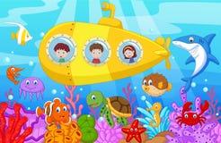 Szczęśliwa dzieciak kreskówka w łodzi podwodnej na morzu
