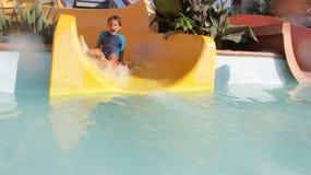 Szczęśliwa dziecko chłopiec ma zabawę w woda parku Fotografia Royalty Free